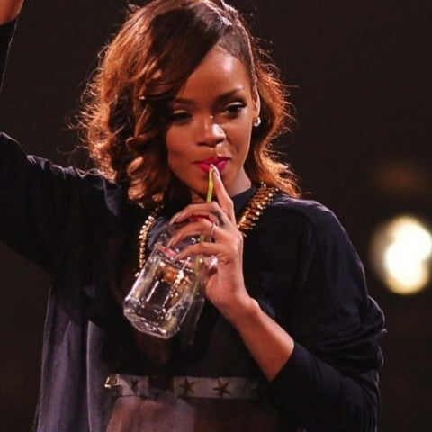 Rihanna bebiendo