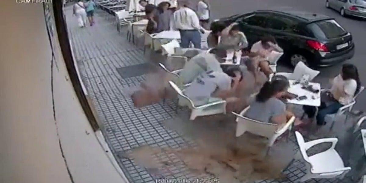 Frame 1.16726 de: La cornisa de un edificio se desprende sobre varias personas sentadas en la terraza de un bar
