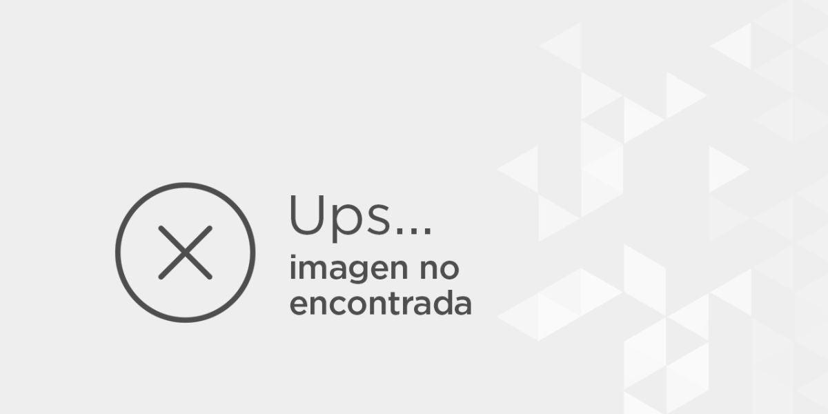 """Jeena Marbles aplicándose la primera capa de su reto """"100 capas de todo"""""""