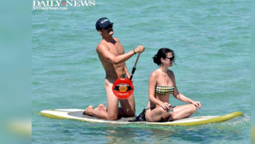Orlando Bloom enseña sus partes mientras hace paddle surf con Katy Perry