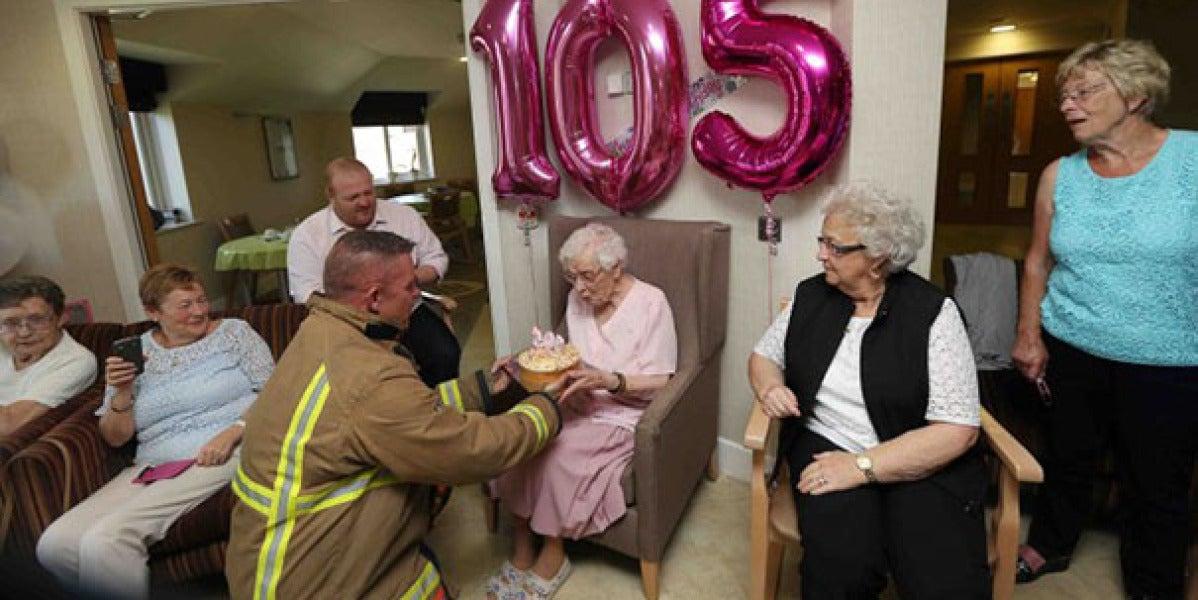 El bombero trayéndole su tarta de cumpleaños a Ivena