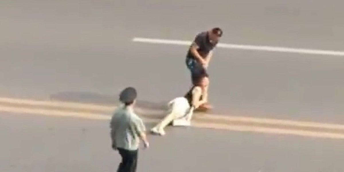 Un hombre arrastra por el suelo a una mujer tirándole del pelo