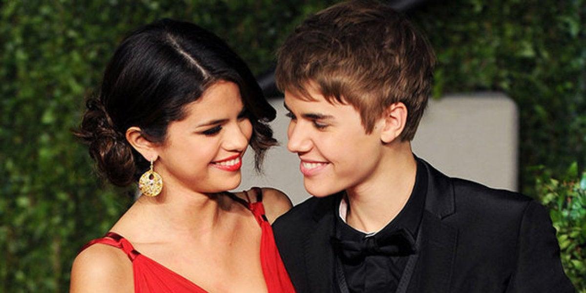 Selena Gomez y Jusin Bieber en la alfombra roja
