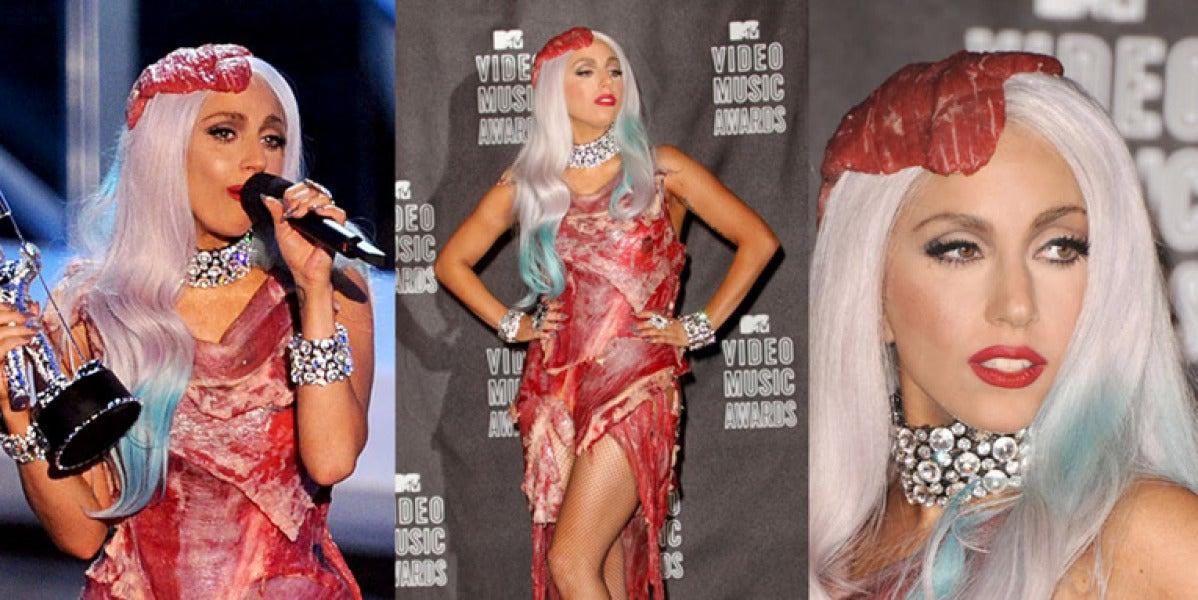 Lady Gaga con el vestido de carne que llevó en los MTV VMA 2010