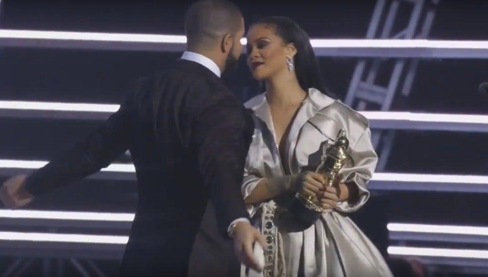 Drake y Rihanna a punto de besarse en los MTV VMA 2016