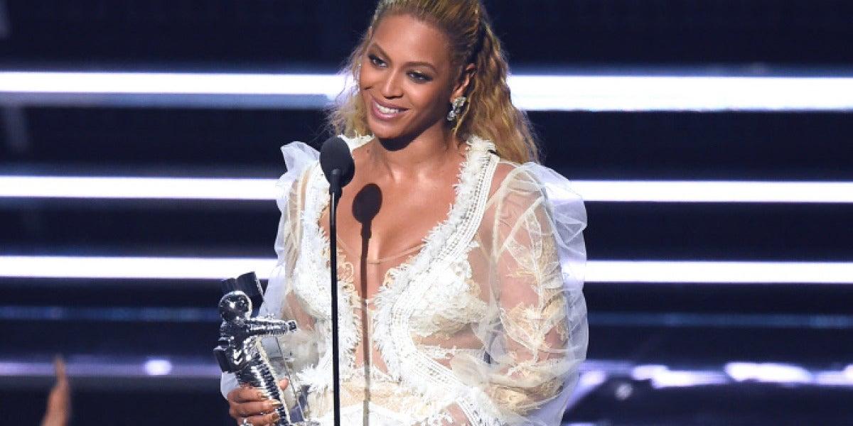 Beyoncé recoge el galardón a  Mejor Vídeo del Año en los MTV Video Music Awards 2916