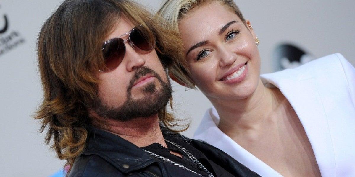 Miley Cyrus junto a su padre, Billy Ray Cyrus, en una alfombra roja