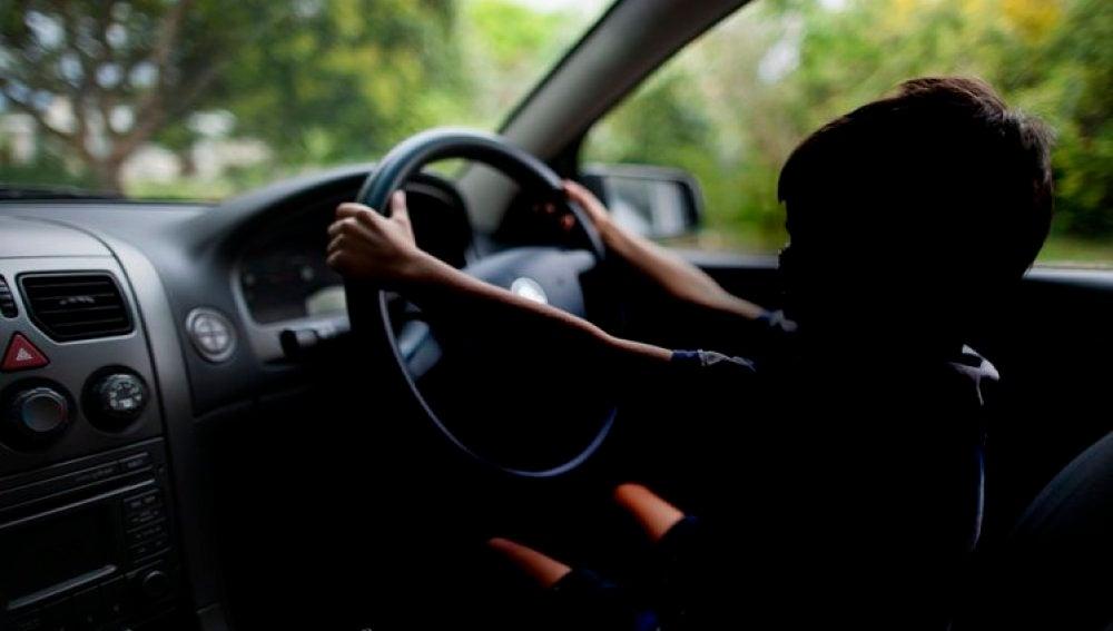 Un niño conduciendo un coche (Archivo)