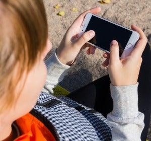 Una joven con su móvil