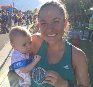 Anna con su hija de cinco meses después de la carrera