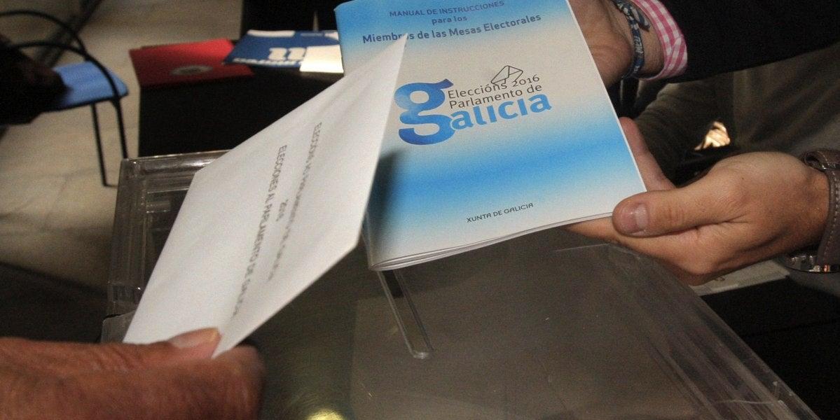 Un hombre ejercita su derecho al voto en colegio electoral de Santiago de Compostela en las elecciones autonómicas gallegas