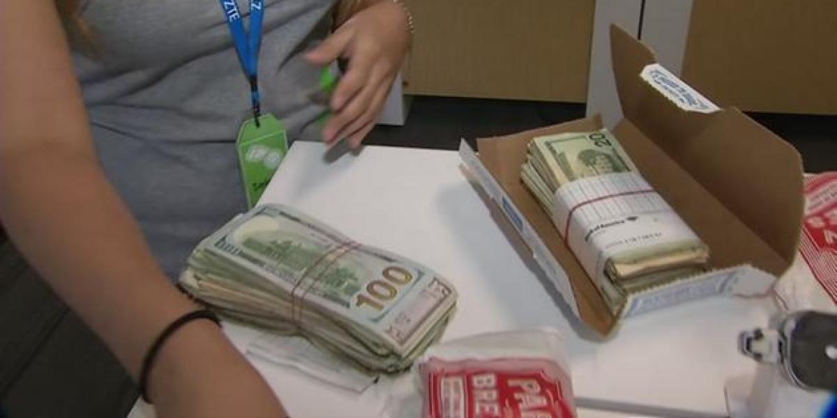 Una chica se encuentra 5.000 dólares en una caja de alitas de pollo que había encargado