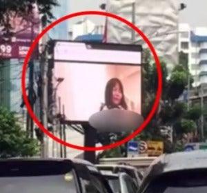 El vídeo porno en la valla publicitaria durante un atasco