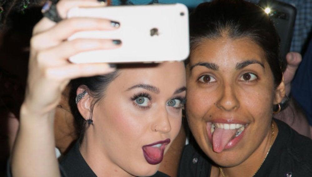 Katy Perry sacándose un selfie con una fan