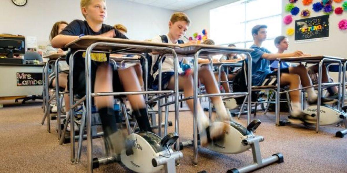 Alumnos dando pedales mientras están en clase