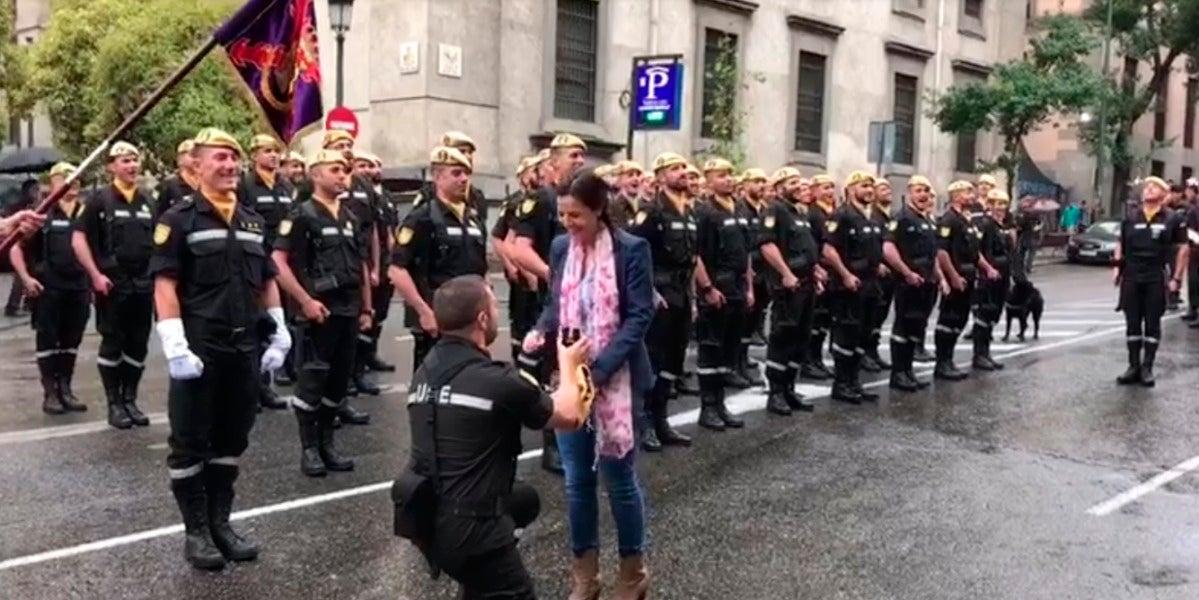 Un militar de la UME hace una petición de matrimonio durante el desfile