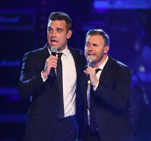 Robbie Williams cantando con su ex banda, Take That