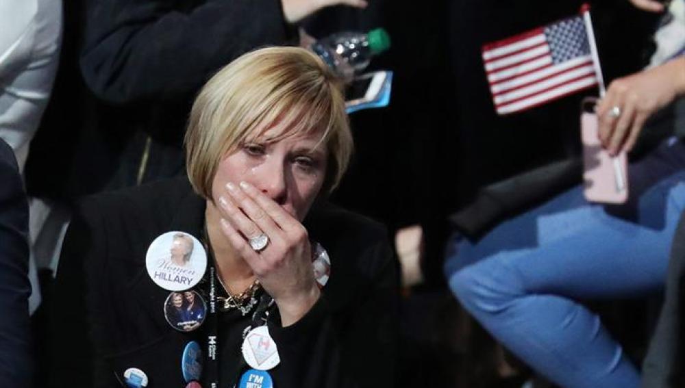 Seguidores de la candidata demócrata Hillary Clinton se lamentan durante el anuncio de resultados