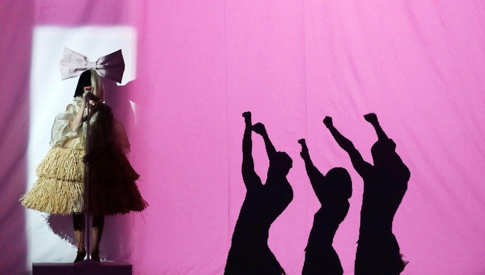 Beatriz Luengo realiza una mágica actuación como Sia y Maddie Ziegler en 'Cheap Thrills'
