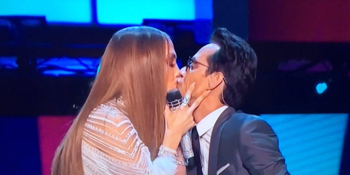 El beso de Jennifer Lopez y Marc Anthony en los Latin Grammy 2016