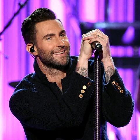 Adam Levine durante la actuación de Maroon 5 en los AMAs 2016