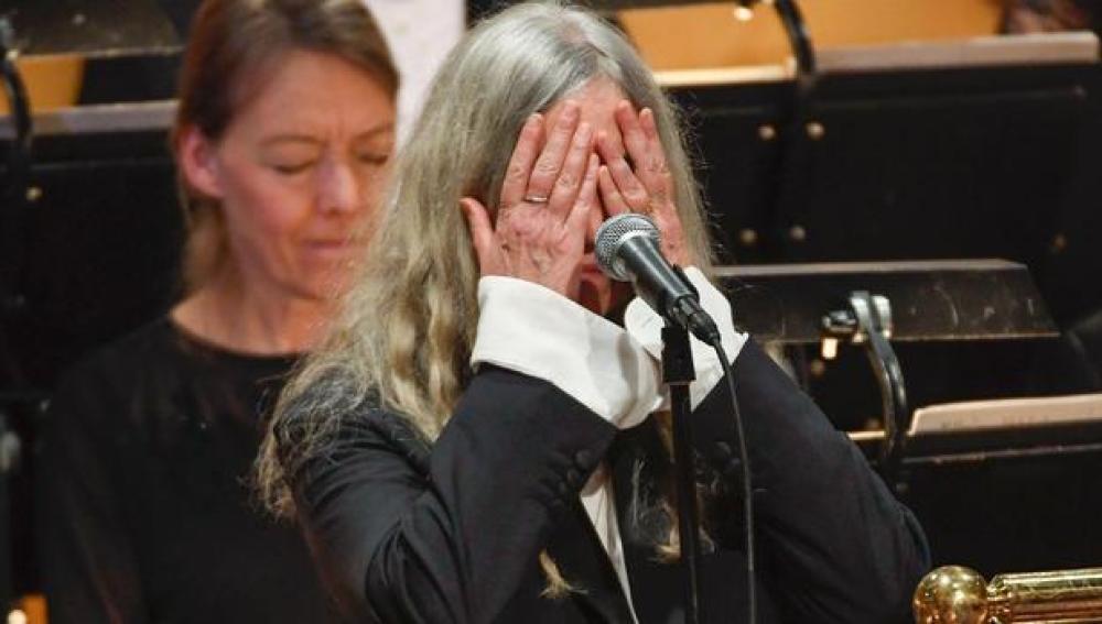 Patti Smith rinde homenaje a un Bob Dylan en la ceremonia del Nobel