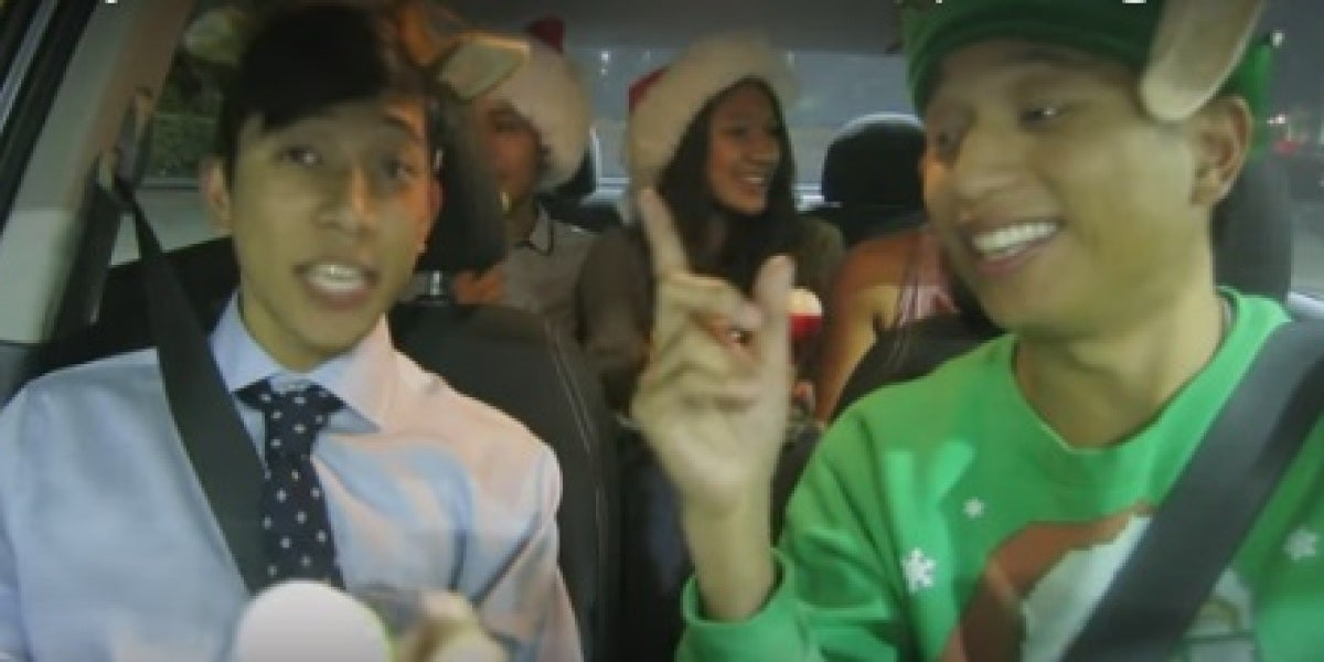Un conductor de Uber contagiando su espíritu navideño