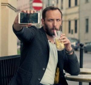 Hombre haciéndose un selfie