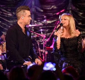 Robbie Williams y Emma Bunton interpretando '2 become 1'