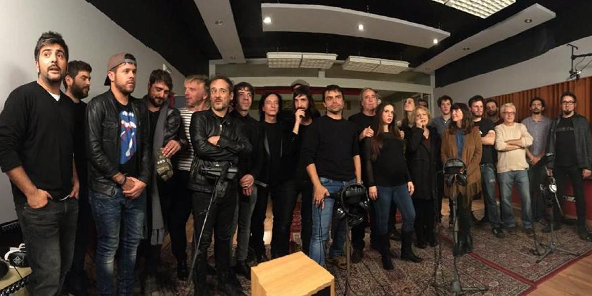 Serrat junto a una veintena de artistas grabando la versión solidaria de 'Mediterráneo'