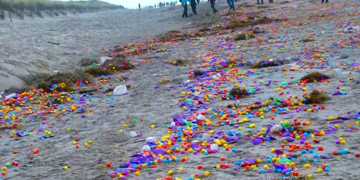 Huevos Kinder esparcidos en una playa alemana