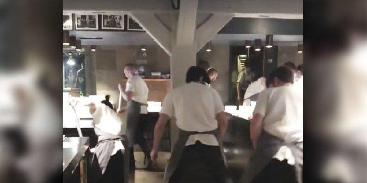 Los empleados del Noma limpiando el suelo