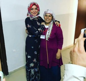 Lindsay Lohan visita un campo de refugiados en Turquía