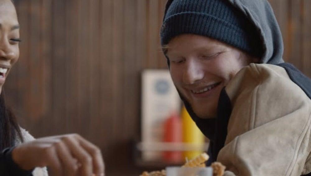 Ed Sheeran en el videoclip de Shape Of You