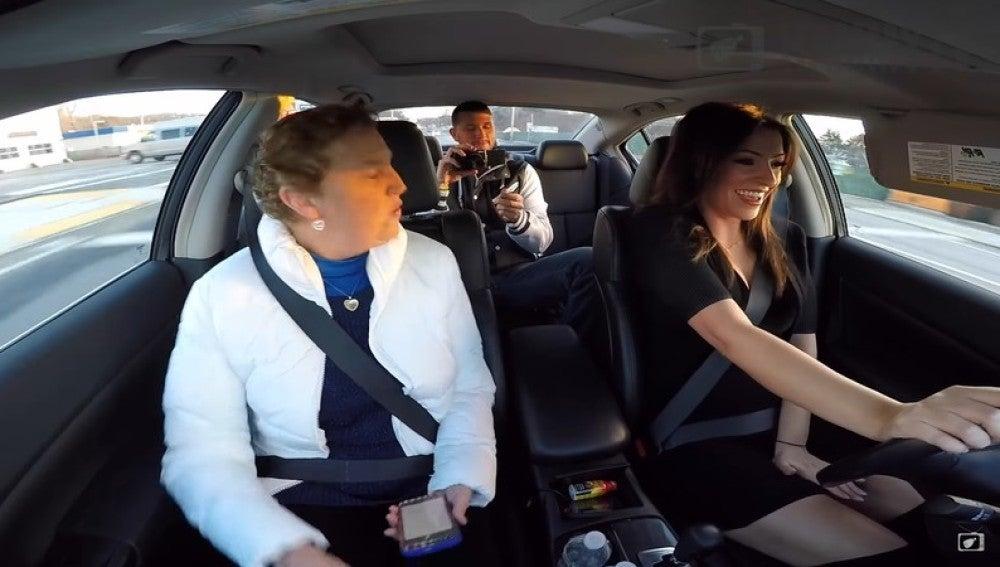 Ryan grabando la escena en el coche junto a su madre y su novia