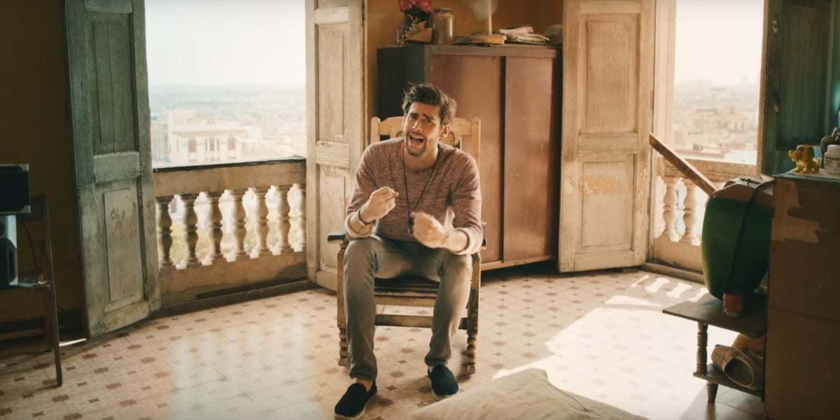 Alvaro Soler en el videoclip de 'Animal'