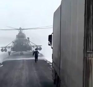 Un piloto de un helicóptero se pierde y aterriza para preguntar