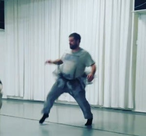 Un padre en la clase de ballet de su hija
