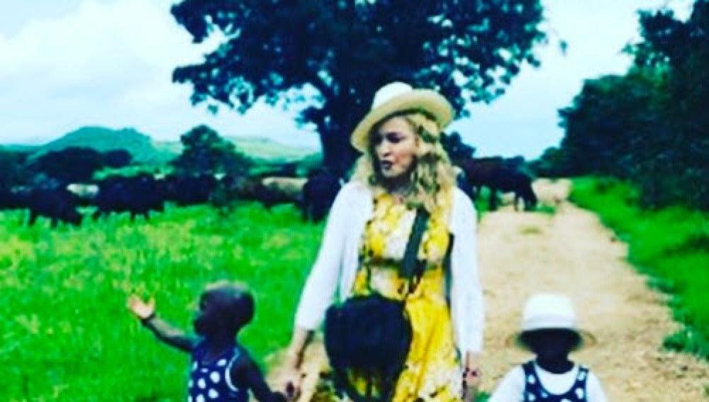 Madonna con Stella y Esther, las gemelas de Malawi que ha adoptado