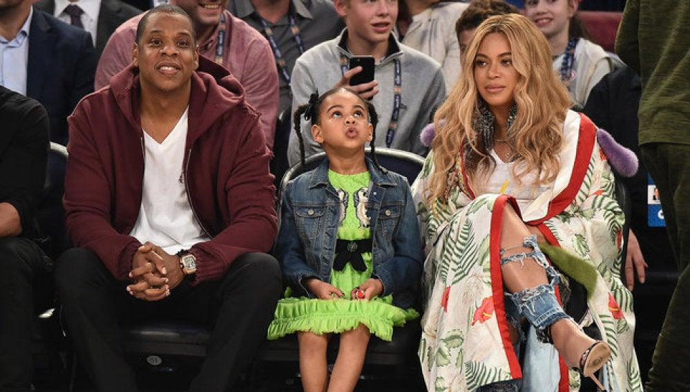 Beyoncé, Blue Ivy y Jay Z disfrutan de un partido de la NBA