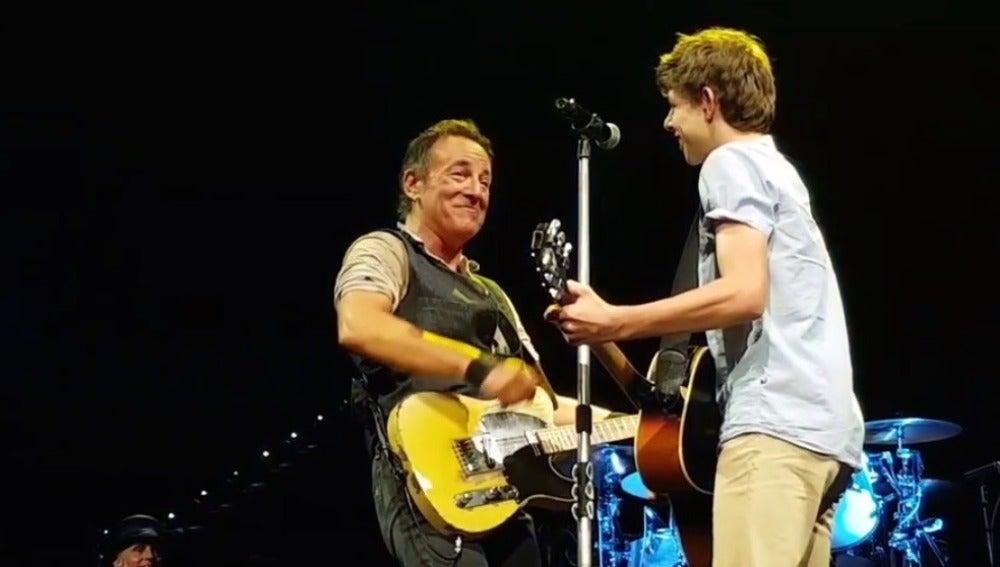 Bruce Springsteen y Nathan Testa durante el concierto en Brisbane