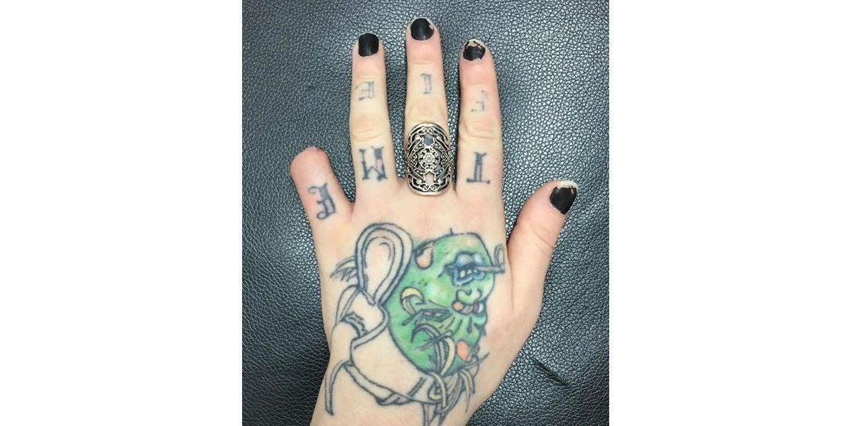 """Una mujer se corta el dedo meñique porque """"queda bien"""" y sube las fotos a Facebook"""