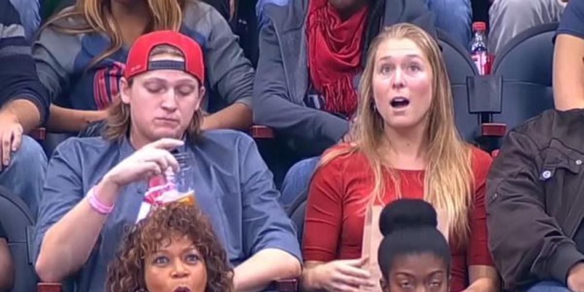La pareja cuando es enfocada por la 'Kiss Cam'