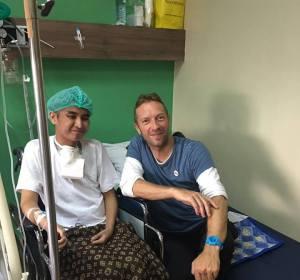 Chris Martin junto a Ken, un fan de Coldplay enfermo de cáncer