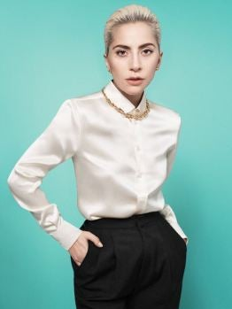 Lady Gaga posa con un collar de Tiffany & Co.