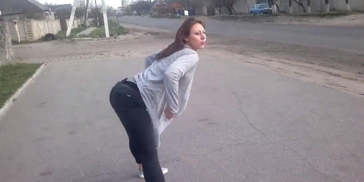 Una chica hace twerking y provoca un accidente de tráfico