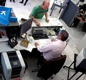 Un hombre atraca un banco y se lleva 500 euros al contado