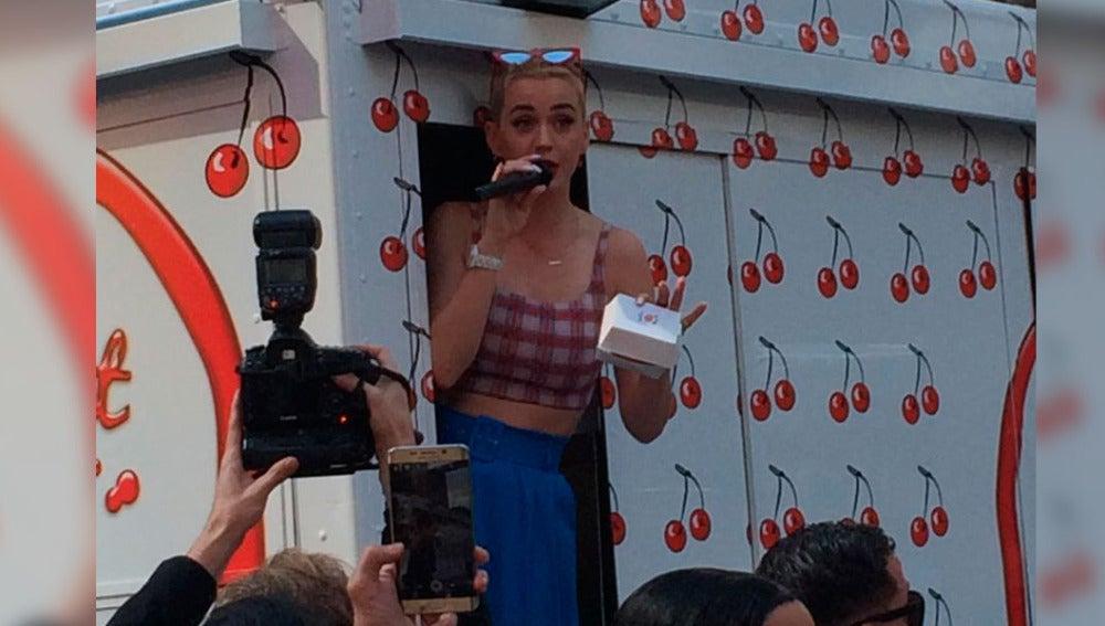 Katy Perry repartiendo tarta en Times Square
