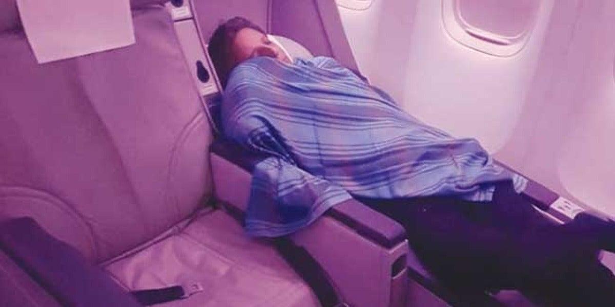 El capitán Amir Akhtar Hashmise durmiendo durante el vuelo