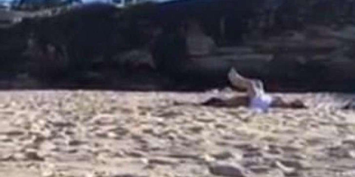 Una pareja tiene sexo en la playa a plena luz del día